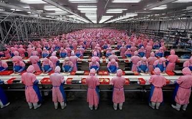 Jedinečný pohľad do čínskej fabriky na výrobu iPhonov. Disciplína ako v armáde a technológie na rozpoznávanie tváre
