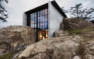 Jedinenčný dom schovaný v skalnom brale obklopenom lesmi Washingtonu