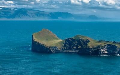 Jediný domček na opustenom ostrove. Ako sa tam dostal?
