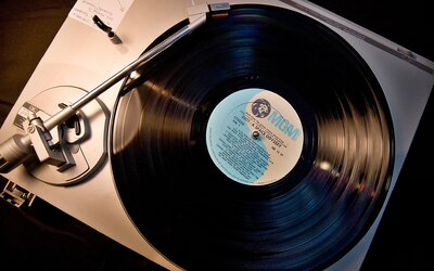 Jedna chyba či škrabanec a je po nich. Ako vznikajú vinylové platne?