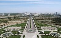 Jedna z nejuzavřenějších zemí světa. Vůdce tu zakázal černá auta, bikiny a stal se raperem. Jak se žije v Turkmenistánu?