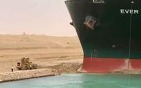 Jedna z největších lodí světa uvízla v Suezském průplavu. Zablokovala tak významné obchodní trasy