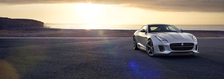 Jedno z najšarmantnejších áut je opäť o čosi pôvabnejšie. F-Type prechádza omladzujúcou kúrou