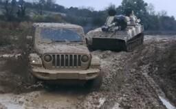 Jeep Rubicon v teréne porazil armádny tank