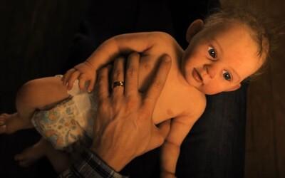 Jej dieťa zomrelo, no ona považuje umelú bábiku za živú. Servant je mindfuckovým seriálom od M. Night Shyamalana