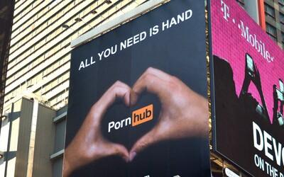 Jen postel a webkamera. Pornhub otevřel svůj první kamenný obchod v New Yorku a našel bys v něm opravdu tematické produkty