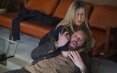 Jennifer Aniston hviezdi v úlohe odpornej šéfky v blížiacej sa šialenej vianočnej komédii plnej drog, alkoholu a zvráteností