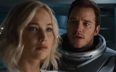 Jennifer Lawrence a Chris Pratt sa zobudili z hyperspánku o desiatky rokov skôr. Prežijú nástrahy vesmíru celkom sami?