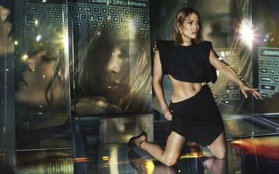 Jennifer Lopez búra predsudky o veku a v kampani Versace pózuje viac odhalená ako zahalená