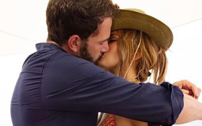 Jennifer Lopez oficiálne potvrdila, že  s Benom Affleckom tvoria pár. Na narodeniny sa pochválila horúcimi bozkami