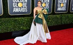 Jennifer Lopez s mašlí přes prsa a nudná elegance v hlavní roli. Jaké outfity jsme viděli na Zlatých glóbech 2020?
