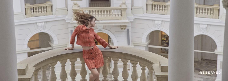 Jeseň bude prehnane dievčenská a farebná! Dôkazom toho je aj nové retro video s francúzskou influencerkou a poľskou herečkou