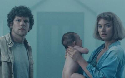 Jesse Eisenberg zůstane s rodinou uvězněn v labyrintu tajemného domu. Vivarium nám ukáže, jak rychle dokáží lidé zešílet