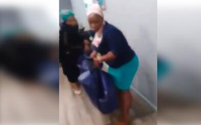 Jihoafričanky donesly tělo mrtvého muže do pojišťovny. Nechtěla jim totiž vyplatit peníze na jeho pohřeb