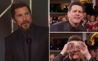 Jim Carrey zabával kolegov na Zlatých glóbusoch a Christian Bale poďakoval za inšpiráciu Satanovi