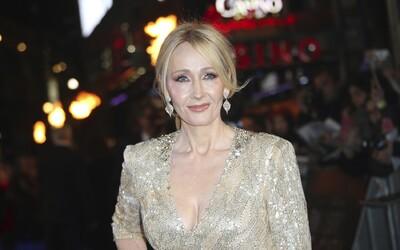 J.K. Rowling spustila obrovskú hádku na Twitteri. Zastala sa ženy, ktorá prišla o prácu kvôli komentovaniu transgender osoby