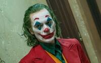 Joaquin Phoenix je vďaka Jokerovi najlepším hercom. V ďakovnej reči nadával a prosil kolegov, aby nelietali súkromnými lietadlami