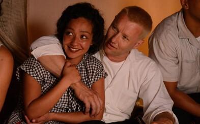 Joel Edgerton a Ruth Negga sú rasovo zmiešaný pár, ktorý si na ceste za slobodou a šťastím musel prejsť peklom