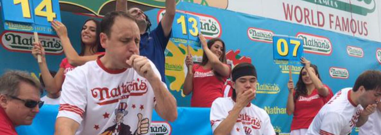 Joey Chestnut sní za 10 minut více hot dogů než ty za celý rok. A i díky tomu je světovým šampionem