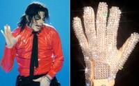 Johnny Depp mapuje škandály Michaela Jacksona z perspektívy legendárnej rukavice. Práve tá vraj môže za všetko