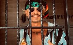 Johnny Depp zapózoval za mřížemi během přebírání ocenění. Soud nedávno nepřímo uznal, že bil svoji ženu