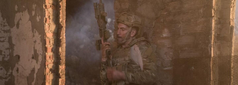 Jon Bernthal nakládol po lese pasce a ako Punisher sľubuje, že vás dostane