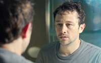 Joseph Gordon-Levitt je Edward Snowden v traileri pre nervydrásajúcu hru s USA o holý život
