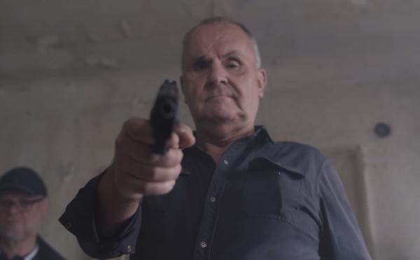 Jožo Ráž mieri pištoľou na novinára rok a pol po vražde Jána Kuciaka. Vadí mu, keď bulvár informuje o jeho súkromí