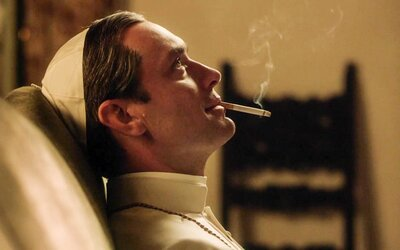 Jude Law v roli zvráceného papeže přichází v jednom z nejočekávanějších seriálů roku