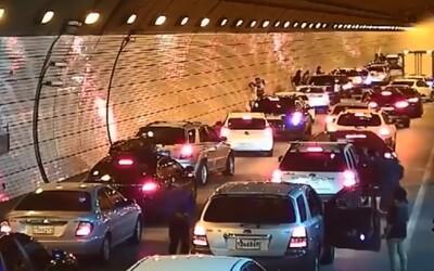 Juhokórejskí vodiči ukážkovo predviedli, ako sa správať pri nehode v tuneli