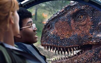 Jurassic World: Fallen Kingdom zarobil miliardu v kinách v krátkom čase. Diváci sa dinosaurami stále neprejedli