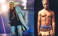 Justin Bieber naživo odspieval cover Tupacovej skladby Thugz Mansion. Sprevádzala ho len akustická gitara