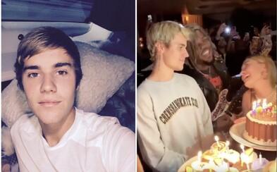 Justin Bieber oslavil 1. března narozeniny! Celý večer se téměř neodtrhl od své manželky Hailey