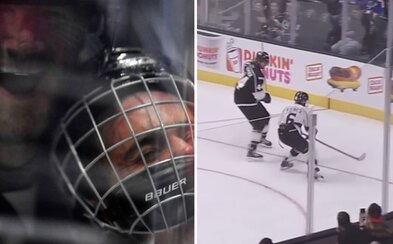 Justin Bieber si v exhibici NHL vyzkoušel tvrdost hokeje od Chrise Prongera. Zpěvákův obličej natlačil na plexisklo