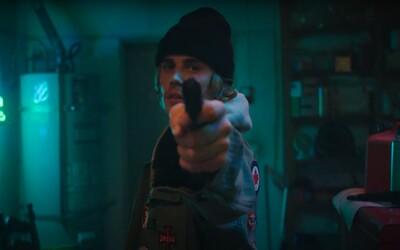 Justin Bieber vykradol banku s hračkárskou zbraňou, aby zachránil chorú priateľku. Sleduj adepta na klip roka