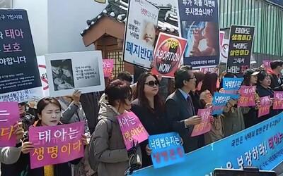 Južná Kórea povolí do konca roku 2020 potraty. Ľudia v uliciach oslavujú aj protestujú