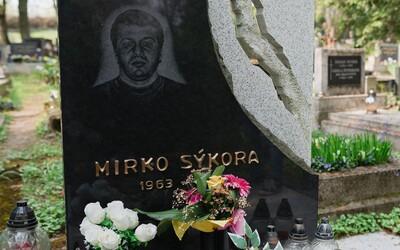 K hrobu mafiána někdo přinesl čokoládového zajíce. Podívali jsme se na to, jak dnes vypadají hroby bratislavského podsvětí