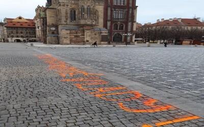 """K pietním křížům na Staroměstském náměstí někdo nastříkal nápis """"Za oběti neschopné vlády!"""""""