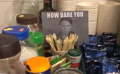 K plastovým príborom ľudia dávajú vytlačenú Gretu so slovami How Dare You! Nazvali to Greta shaming