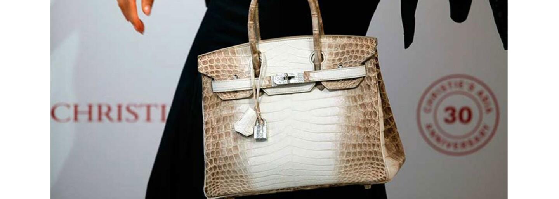 Kabelka od Hermès se vydražila za téměř 9 milionů korun. Kousek z bílého krokodýla ozdobený diamanty tak překonal svůj vlastní rekord