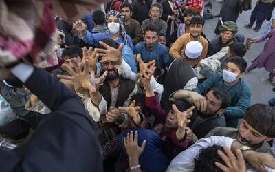 Kábul padl a Tálibán hlásí konec války. Z Afghánistánu prchají tisíce lidí včetně české mise