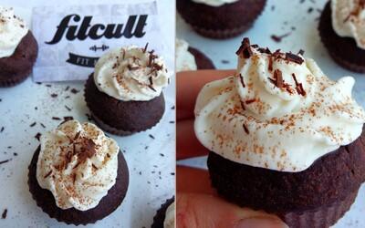 Kakaové cupcakes s ricottovým krémem nejenže krásně vypadají, ale také skvěle chutnají (Recept)