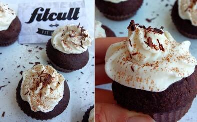 Kakaové cupcakes s ricottovým krémom nielenže krásne vyzerajú, ale aj skvelo chutia (Recept)