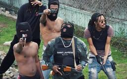 Kalašnikov, kukla a medový hlas. Vycházející hvězda amerického rapu považuje dealování drog za umění (Recenze)