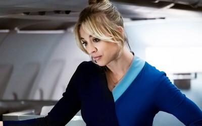 Kaley Cuoco ako letuška po opici obvinená z vraždy. Sleduj trailer na mysteriózny thriller od HBO