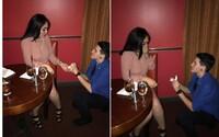 Kamarád s kamarádkou zinscenovali žádost o ruku v drahé restauraci, jen aby dostali dezert zdarma. Internet si jejich šikovný trik zamiloval