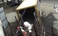 Kamera na českých jatkách zachytila odporné zacházení se zvířaty. Pouštěli jim proud do hlavy, kopali je a ponižovali
