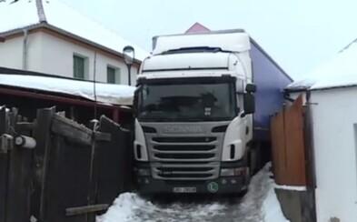 Kamionista sa v Česku vtipne zasekol v uličke medzi domami. Riadil sa navigáciou, ktorá ho tam zaviedla