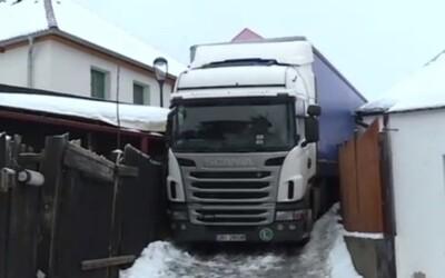 Kamionista se v Chotěboři vtipně zasekl v uličce mezi domy. Řídil se prý navigací