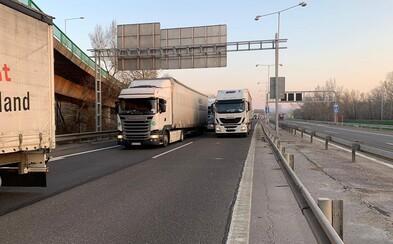 Kamióny vyblokovali pre zavreté hranice Bratislavu. Nemohli by prejsť ani záchranári
